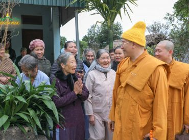 Bà con cung kính đón Sư Phụ trong chuyến đi từ thiện tại Lai Châu