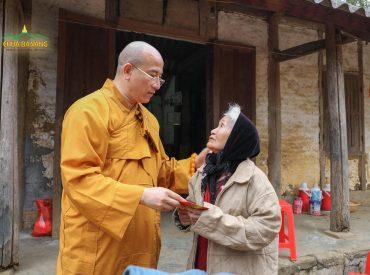 Bà cụ cảm động khi nhận được sự quan tâm chân thành của Sư Phụ.