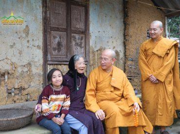 Thầy Thích Trúc Thái Minh nói chuyện cùng bà con, ai cũng vui mừng khi được gặp Thầy.