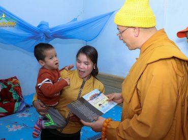 Sư phụ tặng gia đình Kinh Điềm Lành Tối Thượng.
