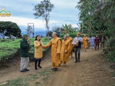 Sư Phụ cùng chư Tăng, Phật tử chùa Ba Vàng tiếp tục đến thăm hỏi, động viên và trao những phần quà Tết cho các cá nhân, hộ gia đình có hoàn cảnh đặc biệt khó khăn trong địa bàn thị trấn Tân Uyên.