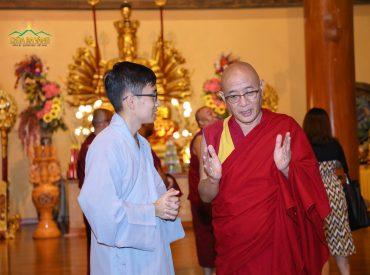 Một Phật tử trẻ của chùa đã giới thiệu về chùa và Sư Phụ Trụ trì với vị trưởng đoàn. Ông rất hoan hỉ với những chia sẻ của Phật tử và đánh giá cao tinh thần tu tập và phụng sự của các Phật tử chùa Ba Vàng.
