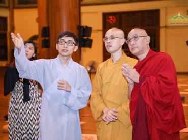 Đại đức cùng một số Phật tử của chùa đã giới thiệu cho phái đoàn về lịch sử của chùa, về Sư Phụ trụ trì cũng như các hoạt động tu tập, Phật sự của Tăng, Ni, Phật tử bổn tự.