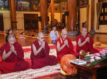 Sau khi đi thăm quan chùa, phái đoàn đã dâng hương và tụng một thời kinh ngắn tại Chính điện.