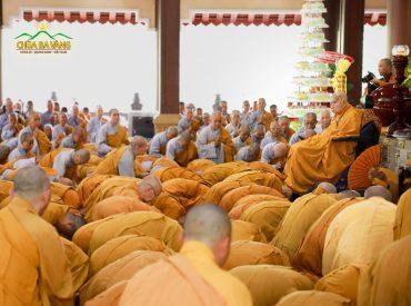 ại chúng ai nấy đều hoan hỷ khi nhìn thấy Hòa thượng Ân sư, bằng tất cả tấm lòng thành, chư Tăng, Ni, Phật tử cung kính dâng lên những món quà nhỏ, thành tâm cúng dường Hòa thượng, với lòng mong mỏi Người trụ thế dài lâu.