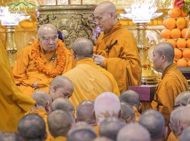 Đại diện cho toàn thể đại chúng, Hòa thượng Thích Nhật Quang - Trụ trì tổ đình Thiền viện Thường Chiếu dâng lời tác bạch, chúc thọ lên Hòa Thượng Tôn Sư.