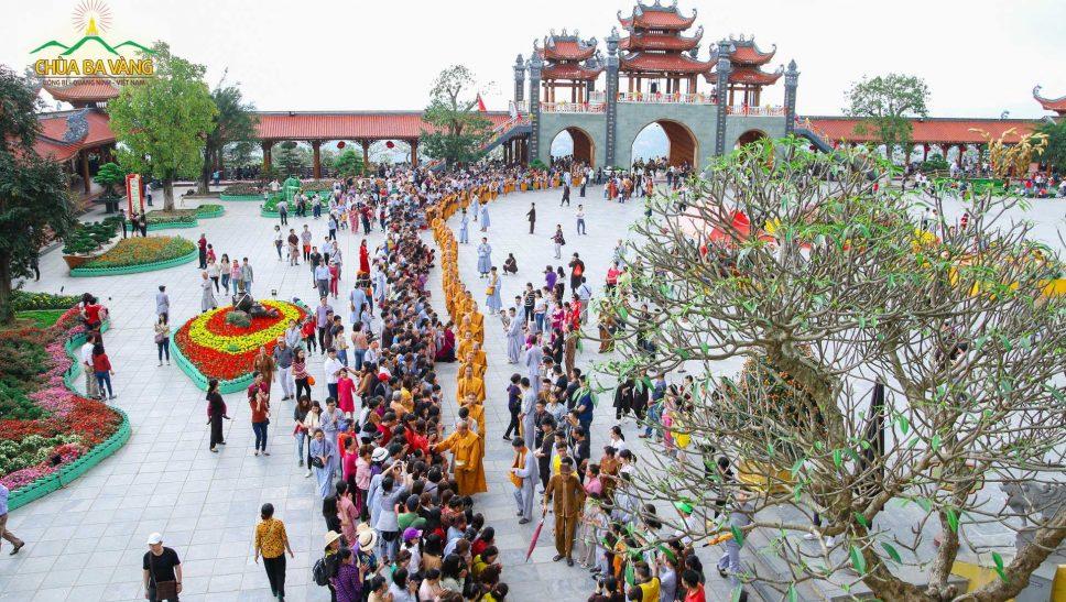 Truyền thống trì bình khất thực của Phật giáo thể hiện nét đẹp văn hóa tôn giáo và mang những ý nghĩa tốt đẹp của Sa môn hạnh.