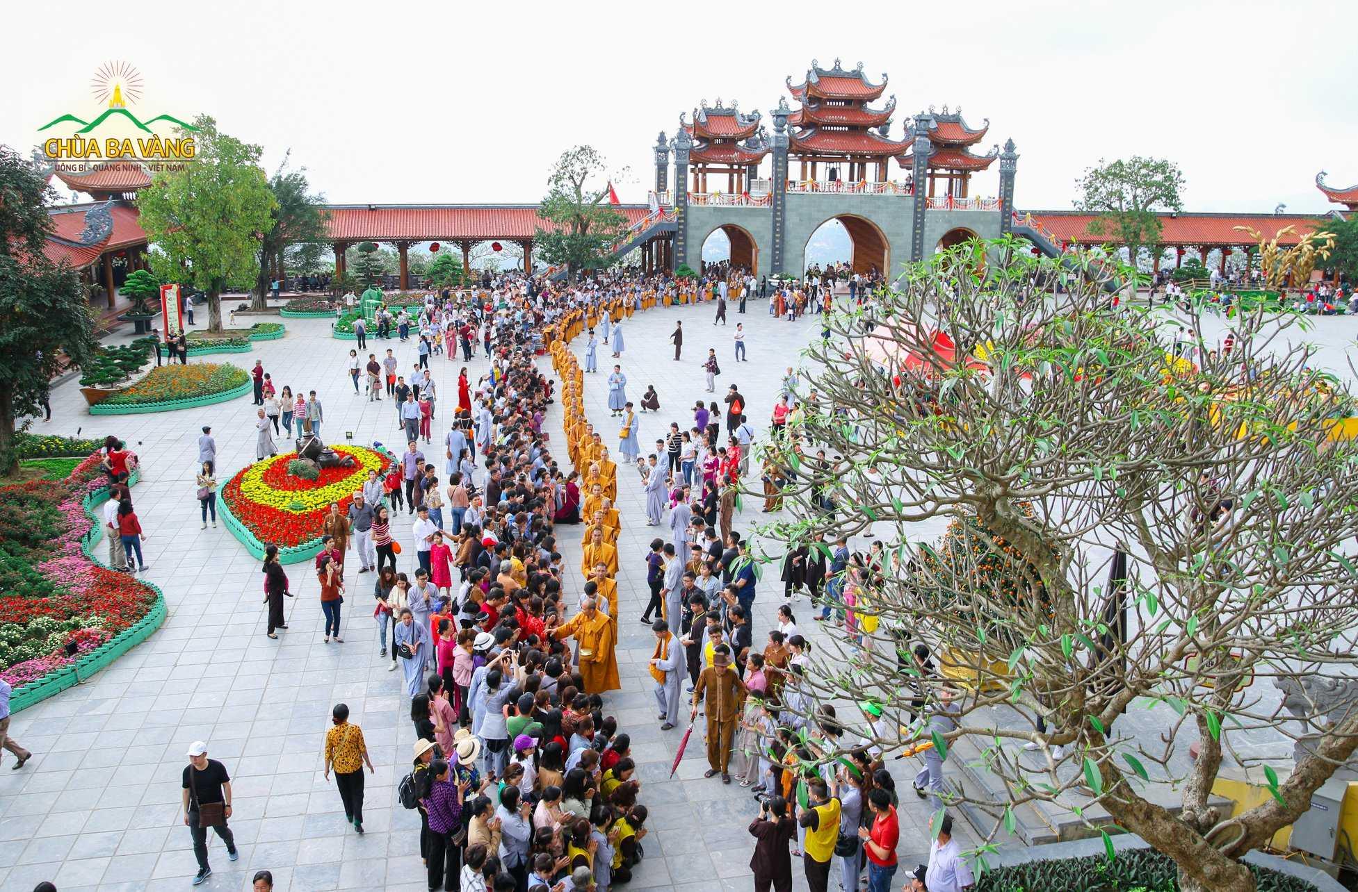 Truyền thống trì bình khất thực của Phật giáo thể hiện nét đẹp văn hóa tôn giáo và mang những ý nghĩa tốt đẹp của Sa Môn hạnh