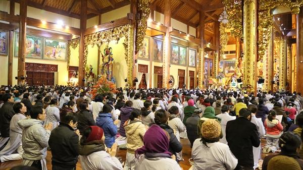 Hàng ngàn Phật tử vân tập về chùa tham dự buổi thính Pháp cuối năm.