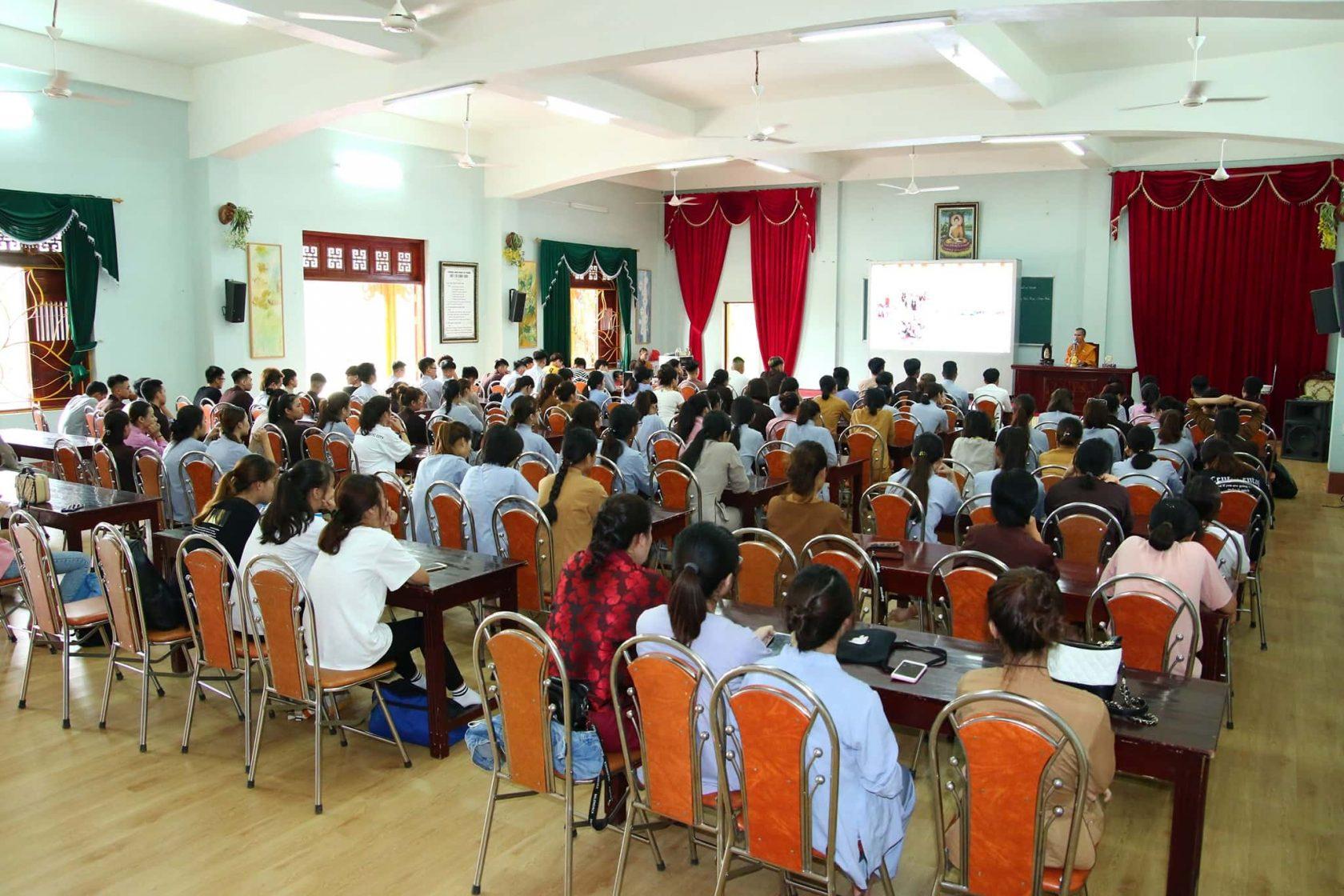 Đại đức Thích Thích Trúc Bảo Giác - Trưởng ban Giáo dục thanh thiếu niên của chùa Ba Vàng đang chia sẻ với các bạn tình nguyện viên.