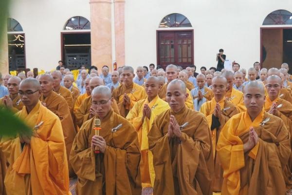 Đại đức Thích Trúc Bảo Thành thay mặt đại chúng dâng lời cảm niệm tri ân Sư Phụ Thích Trúc Thái Minh trong buổi lễ khánh tuế.