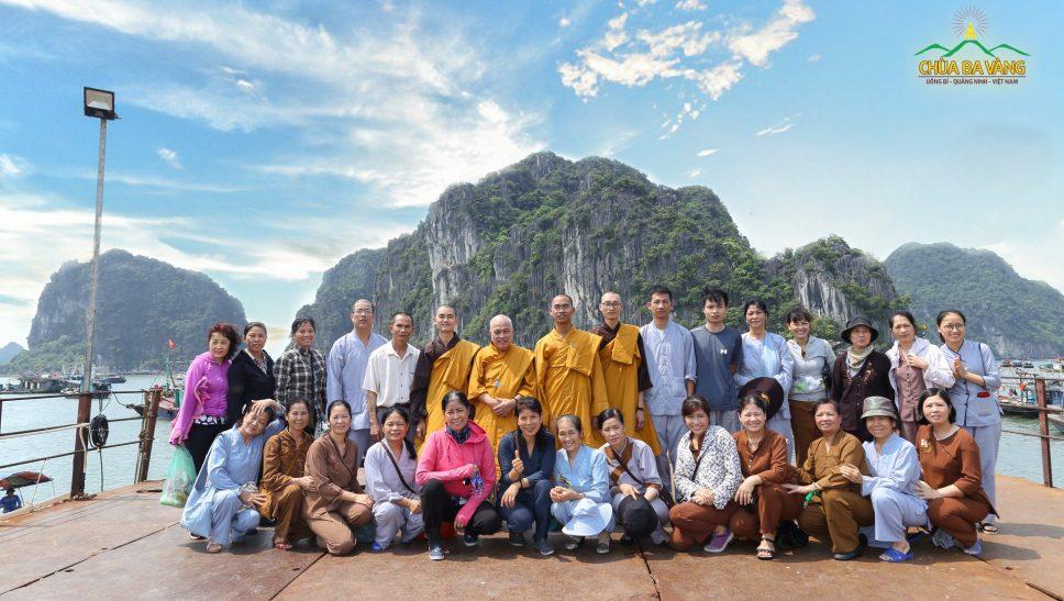 Chư Tăng và Phật tử chùa Ba Vàng phóng sinh tại vịnh Hạ Long.
