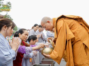 Các Phật tử chuẩn bị những vật thwucj dâng lên cúng dường chư Tăng đi khất thực.