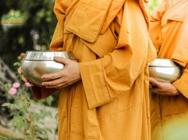 Chư Tăng chùa Ba Vàng trì bình khất thực.
