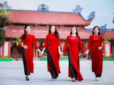 Những tà áo dài thướt tha tạo nên những nét riêng của văn hóa lễ chùa đầu năm tại chùa Ba Vàng.