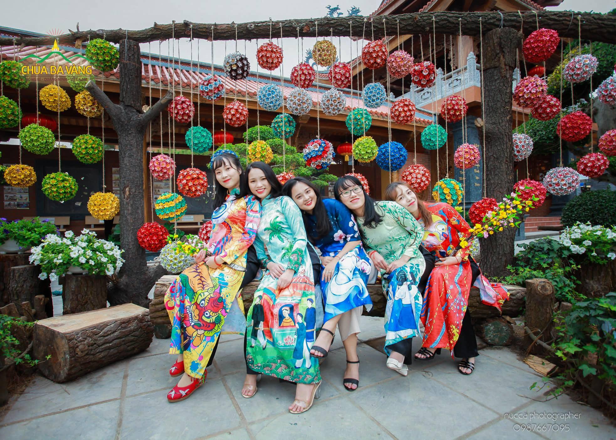 Những cô gái trẻ trung, vui tươi trong trang phục áo dài truyền thống.