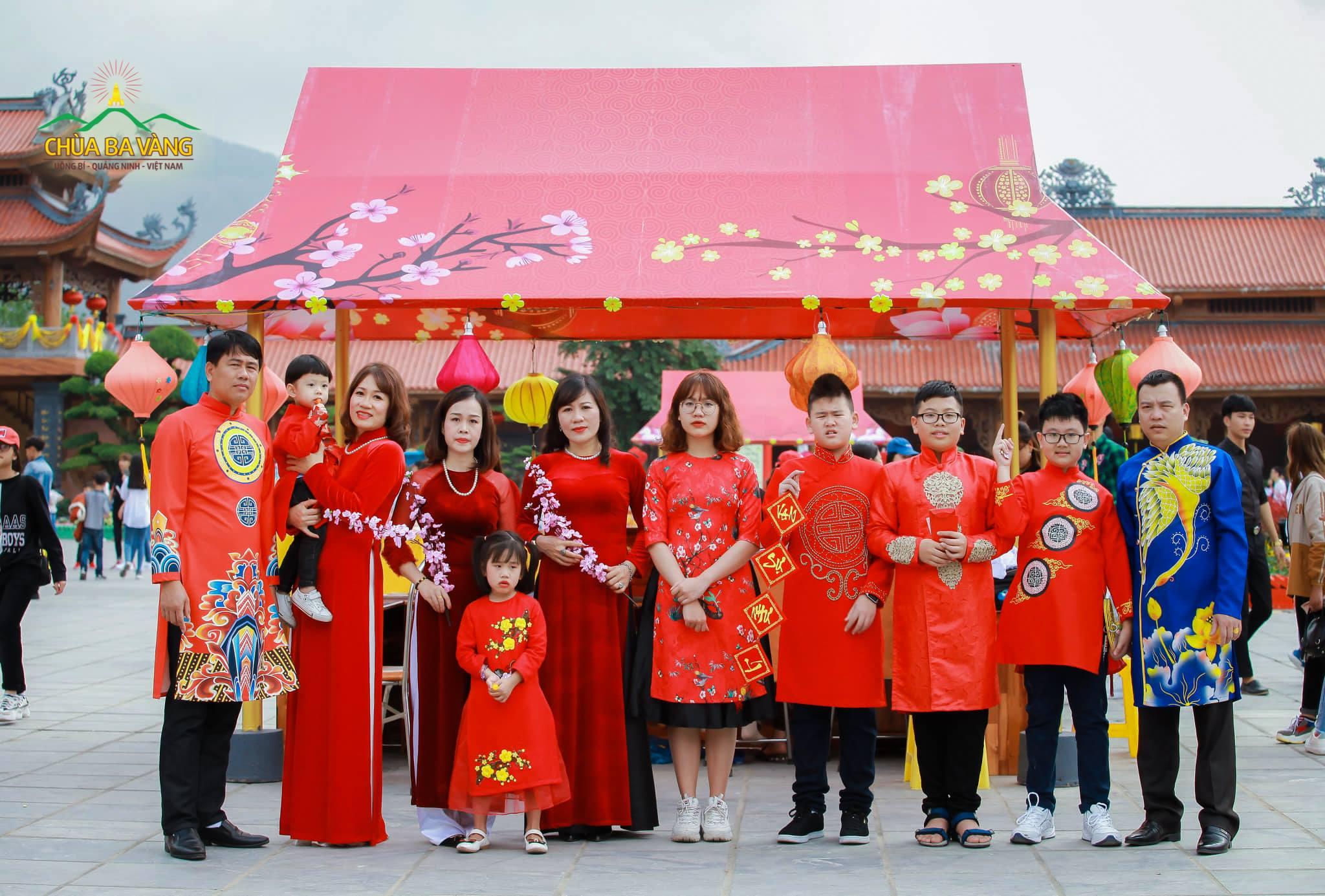 Áo dài - trang phục truyền thống của dân tộc Việt Nam.