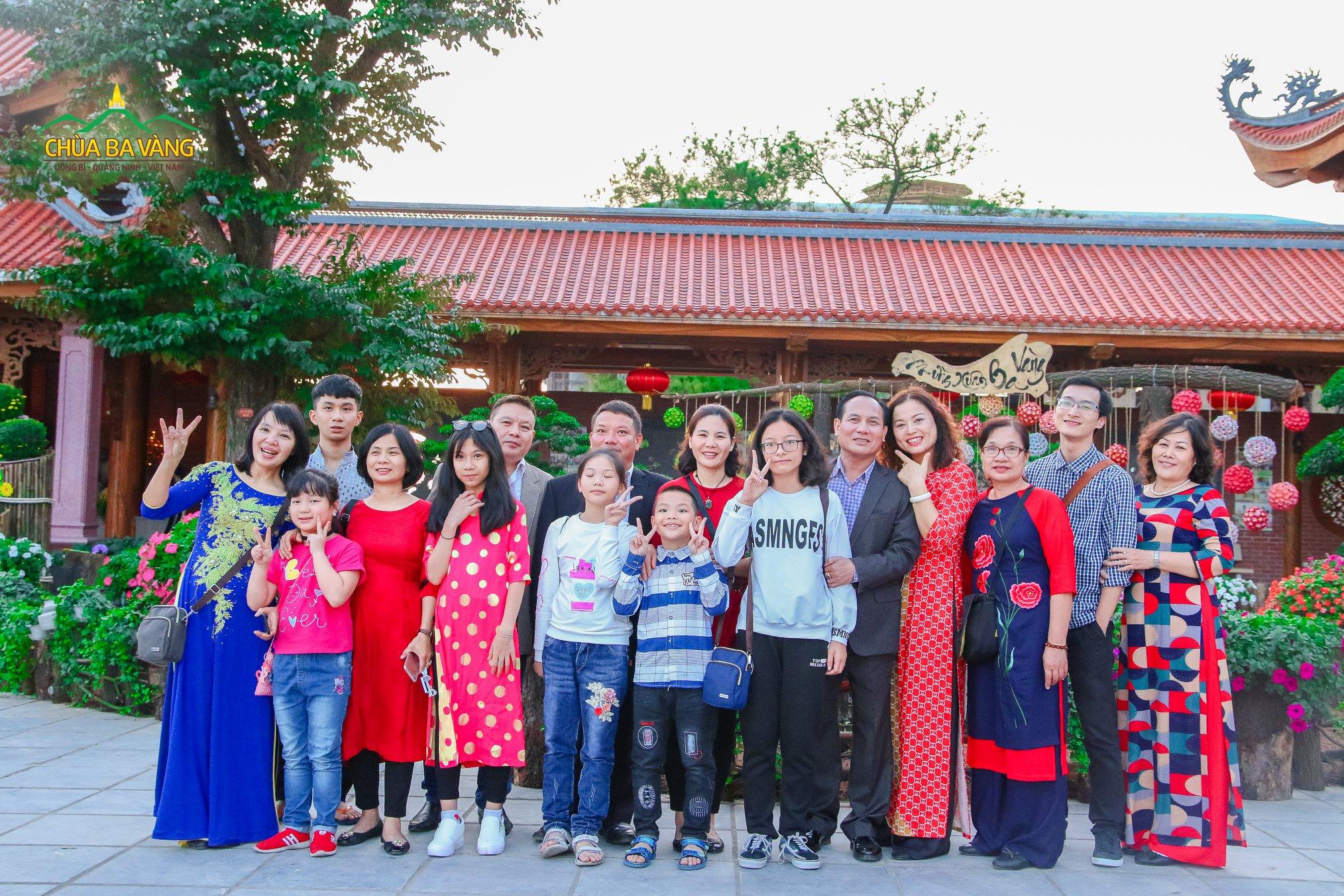 Gia đình vui tươi trong tà áo dài khi lễ chùa đầu năm tại chùa Ba Vàng.