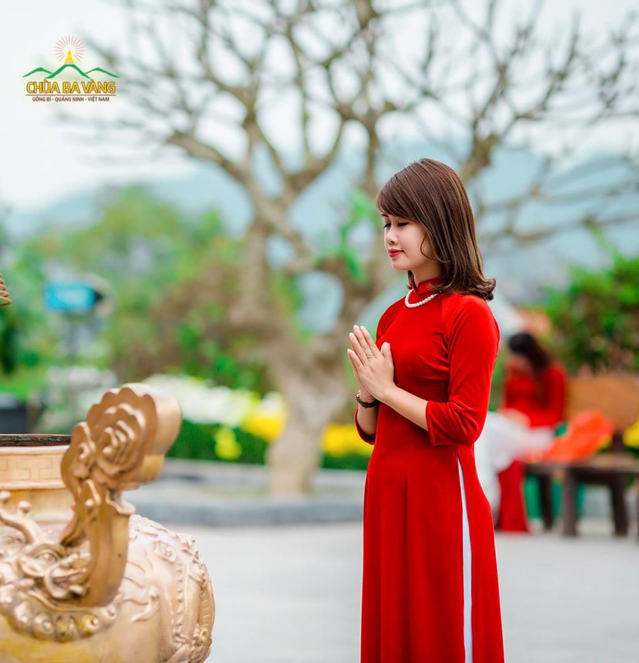 Bạn trẻ trong trang phục áo dài trang nghiêm lễ Phật tại chùa Ba Vàng.