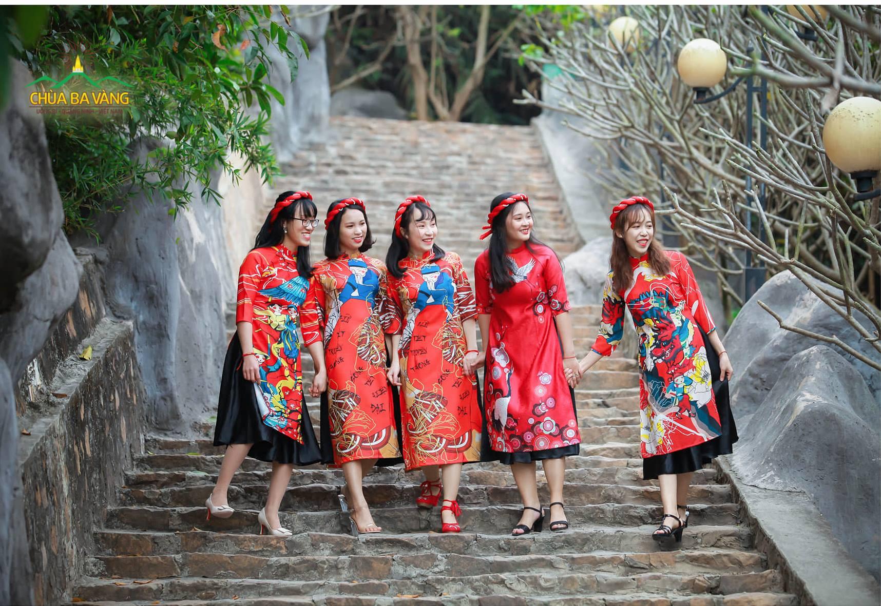 Tà áo dài rực rỡ nhưng cũng rất truyền thống của du khách cứ thế mà hòa quyện vào đó, tạo nên một bức tranh mùa xuân tuyệt đẹp mà chỉ có tại non thiêng Ba Vàng