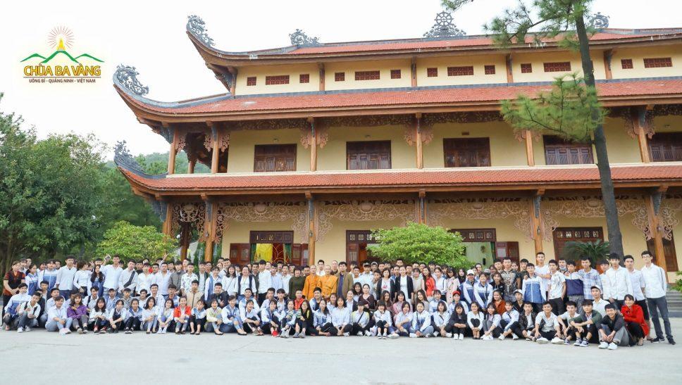 Thầy cô giáo và các bạn học sinh trung tâm giáo dục thường xuyên Đông Triều - Quảng Ninh