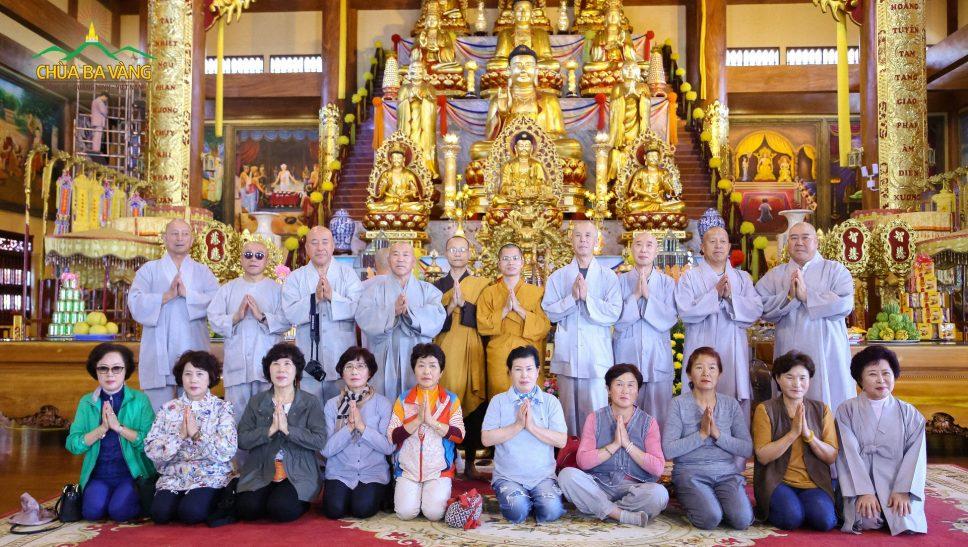 Chư Tăng chùa Ba Vàng và Giáo hội Phật Giáo Hàn Quốc chụp ảnh lưu niệm.
