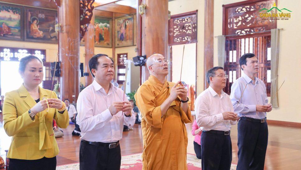 Ông Vũ Chiến Thắng cùng phái đoàn dâng hương hương tại Chính điện chùa Ba Vàng.