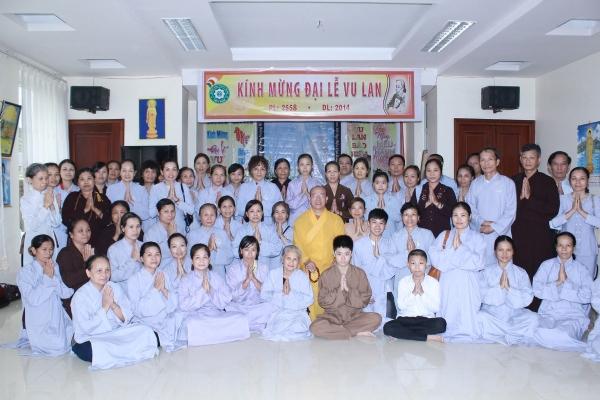 Đạo tràng chụp ảnh kỷ niệm cùng Thầy Thích Trúc Thái Minh