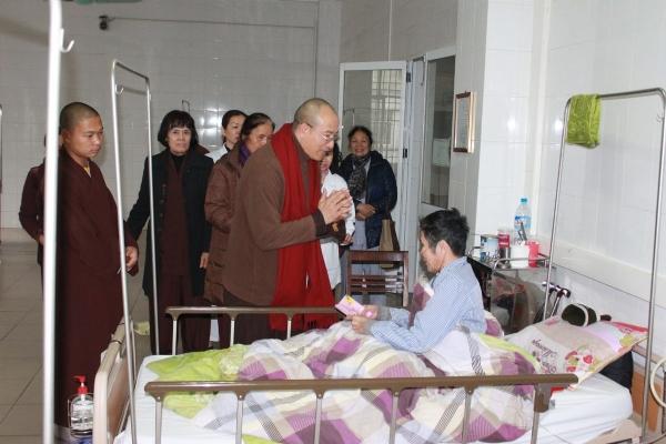 Thầy Trụ Trì Thăm Và Tặng Quà Tết Cho Người Nghèo