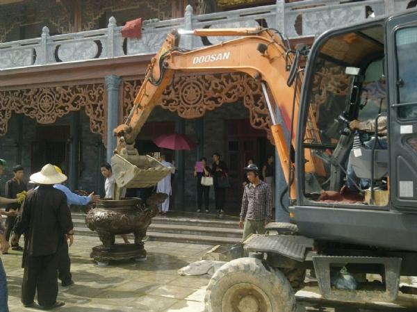 Lư hương đã được an vị tại sân nhà thờ Tổ chùa Ba Vàng.