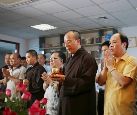Buổi lễ diễn ra trong không khí thiêng liêng tại trụ sở tòa soạn tạp chí và phát triển.