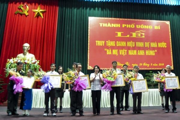 Lễ truy tặng danh hiệu mẹ Việt Nam anh hùng.