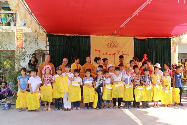 Chư Tăng và CLB Bông Sen Vàng chùa Ba Vàng trao quà cho 30 bạn nhỏ có hoàn cảnh khó khăn.