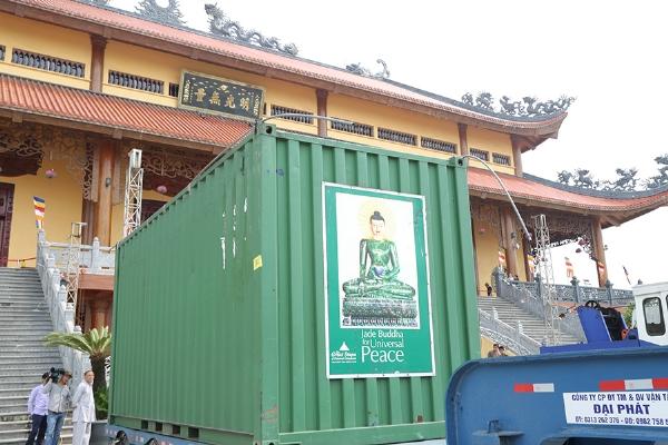 Bảo tượng Phật Ngọc Vì Hòa Bình Thế Giới được chuyển đến chùa Ba Vàng vào sáng ngày 11/5/2016.