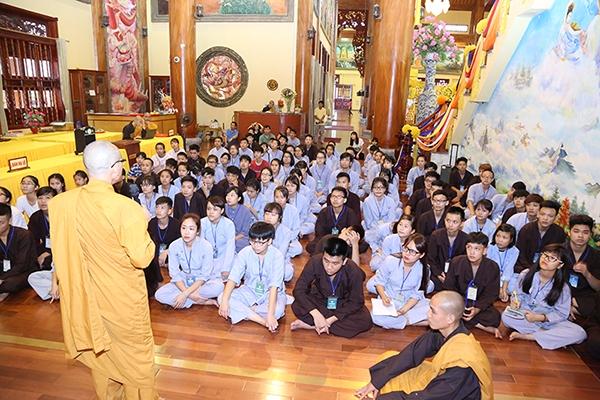 Quý thầy trong ban tổ chức đã kể với các bạn khóa sinh về cuộc đời Đức Phật Thích Ca Mâu Ni qua các bức tranh tại chính điện.