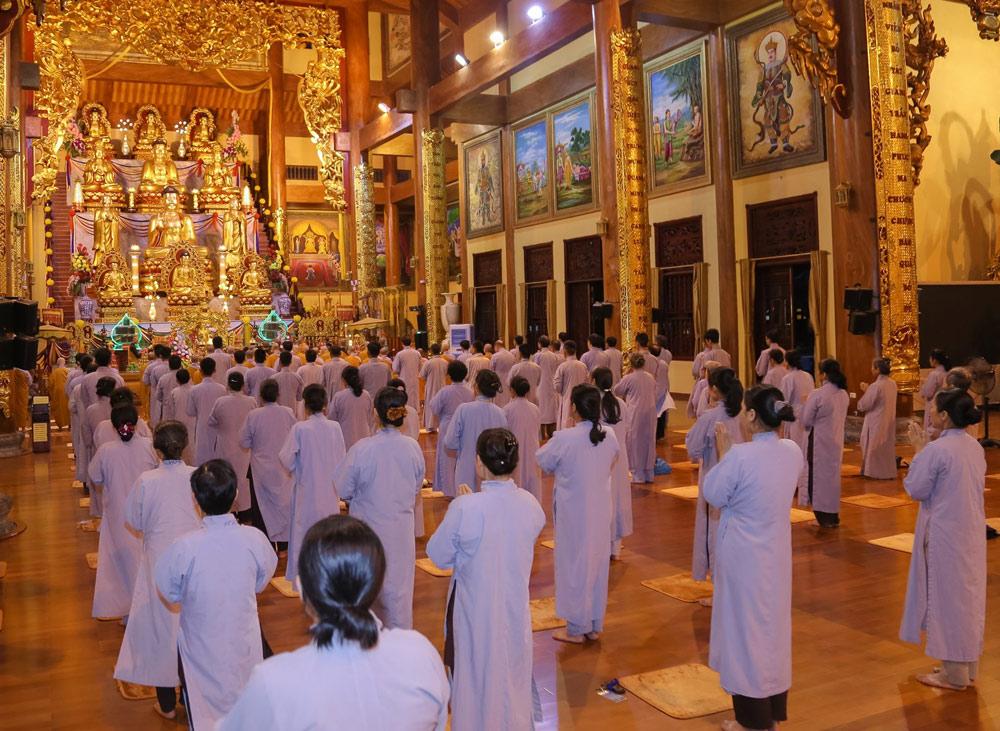 Công phu khuya chùa Ba Vàng