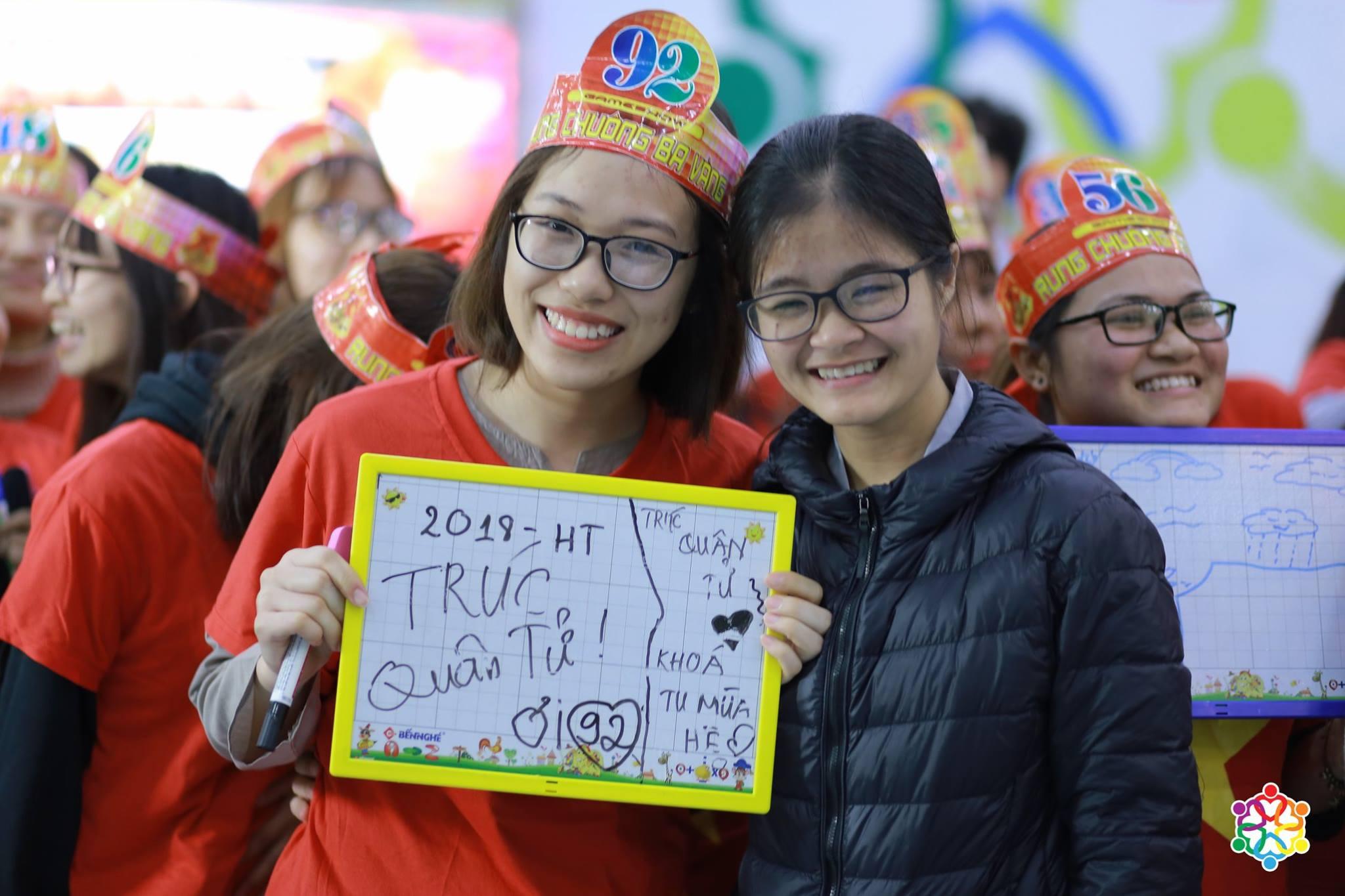 Linh Trang cùng các bạn trẻ chụp ảnh lưu niệm sau chương trình rung chuông đồng đội.