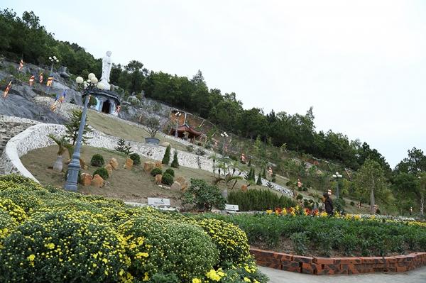 Góc nhìn từ vườn sắc xuân lên đại tượng A Di Đà.
