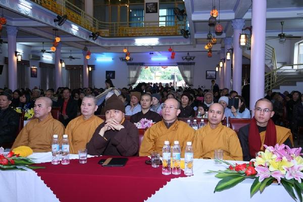 Thầy trụ trì Thích Trúc Thái Minh cùng đai diện Chư Tăng quang lâm tham dự Hội nghi tổng kết hoạt động Từ Thiện 2015 chùa Non Đông.