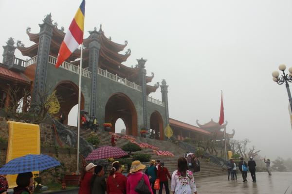 Chùa Ba Vàng đón những bước chân du khách về hành hương trong mây mù huyền ảo.