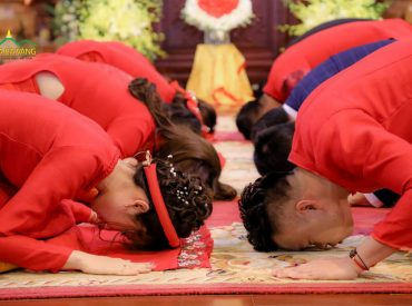 Tân lang - tân nương xá chào nhau trong Lễ Hằng Thuận - Chùa Ba Vàng