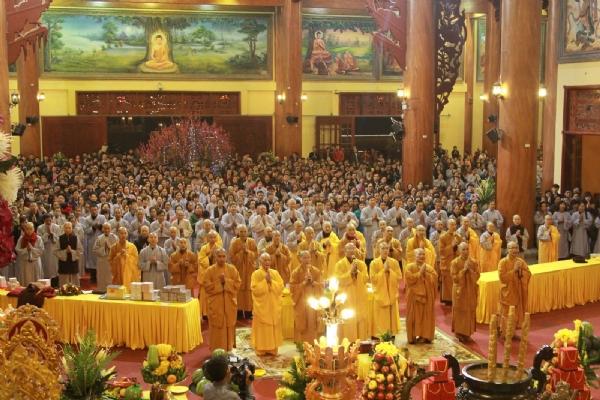 Thầy Thích Trúc Thái Minh cùng Chư Tăng chùa Ba Vàng bạch Phật làm lễ cầu an.