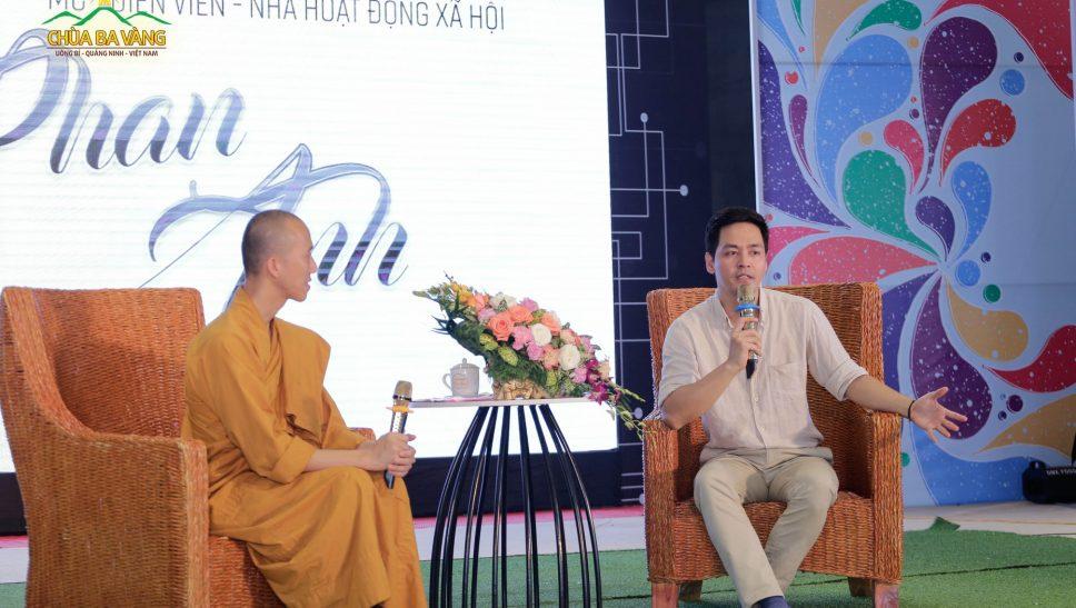 Sư Ông Thích Trúc Bảo Trực và MC Phan Anh trong buổi giao lưu cùng các bạn khóa sinh.
