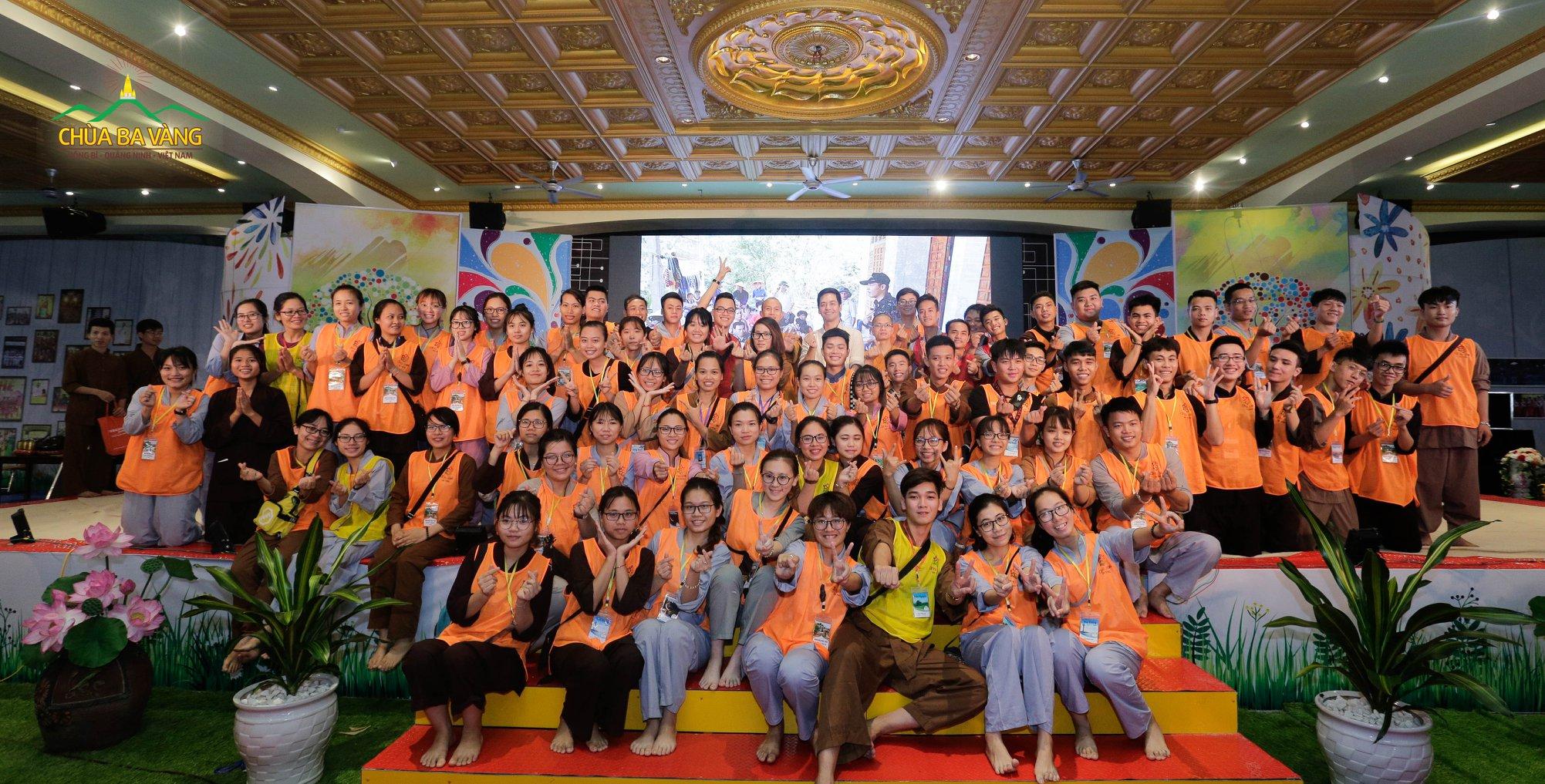 MC Phan Anh chụp ảnh lưu niệm cùng một số anh chị tình nguyện viên khóa tu mùa hè.