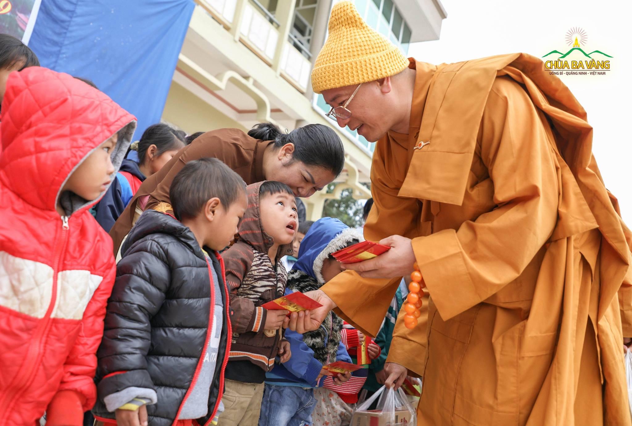 Thầy Thích Trúc Thái Minh và trẻ thơ