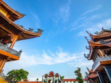 Góc nhìn từ chánh điện chùa Ba Vàng.