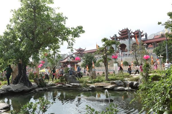 Đông đảo khách hành hương trên khắp cả nước nô nức về chùa Ba Vàng đầu năm.