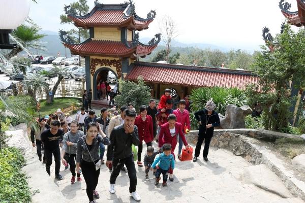Du khách hành hân hoan về chùa thăm quan lễ Phật.