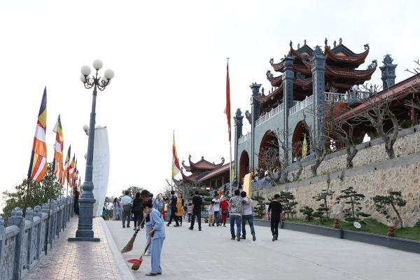 Ban vệ sinh trang nghiêm cảnh chùa chuẩn bị cho lễ khai hội xuân.
