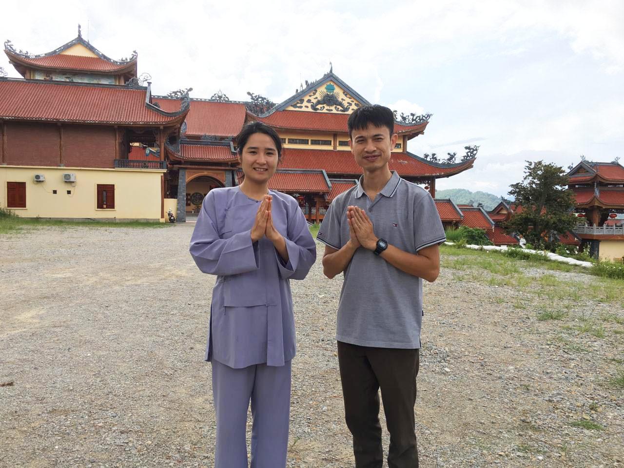 Chị Bích chụp ảnh cùng anh rể tại chùa Ba Vàng.